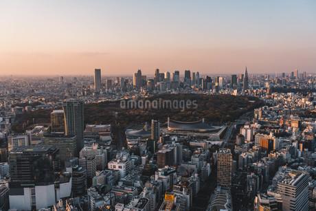 夕暮れの東京都心のビル群の写真素材 [FYI04293609]