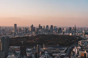 夕暮れの東京都心のビル群の写真素材 [FYI04293612]
