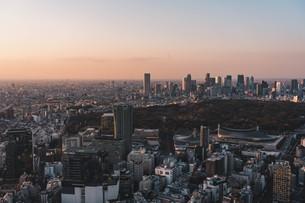 夕暮れの東京都心のビル群の写真素材 [FYI04293613]