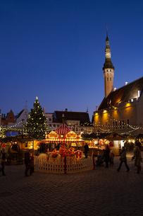 タリン旧市街   クリスマスマーケット夜景  エストニアの写真素材 [FYI04293777]