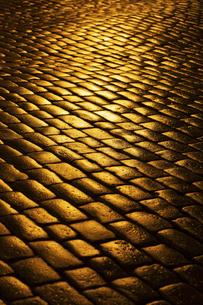 光り輝く石畳の道   タリン旧市街  エストニアの写真素材 [FYI04293789]