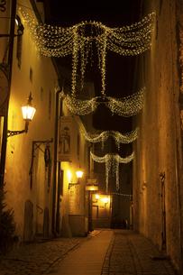 タリン旧市街(タリン歴史地区)夜景  イルミネーションの写真素材 [FYI04293797]