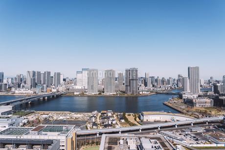 朝の東京湾岸エリアの街並みの写真素材 [FYI04293819]