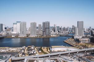 朝の東京湾岸エリアの街並みの写真素材 [FYI04293823]