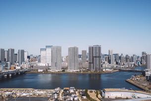 朝の東京湾岸エリアの街並みの写真素材 [FYI04293824]