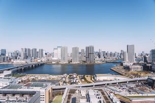 朝の東京湾岸エリアの街並みの写真素材 [FYI04293825]