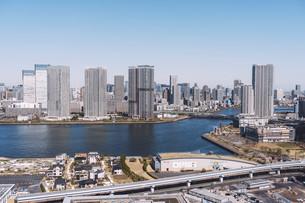 朝の東京湾岸エリアの街並みの写真素材 [FYI04293826]