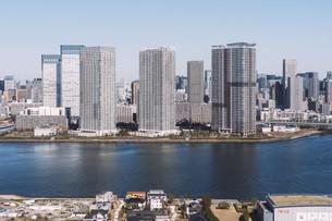 朝の東京湾岸エリアの街並みの写真素材 [FYI04293834]