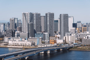 朝の東京湾岸エリアの街並みの写真素材 [FYI04293835]