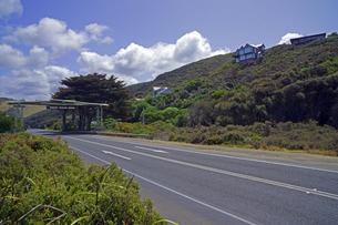 オーストラリア グレートオーシャンロード 道路上のアーチ状の標識の写真素材 [FYI04294030]
