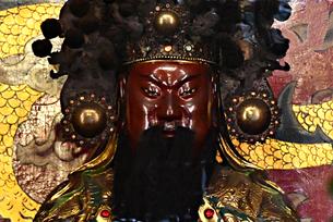 台湾 台北Taipei 龍山寺  彫刻 神々への参拝の写真素材 [FYI04294079]