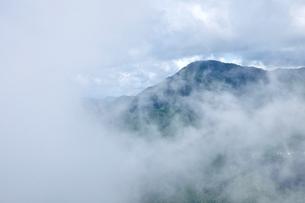 雲の群れる御正体山の写真素材 [FYI04294236]