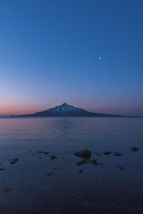 夜明けの利尻富士と月の写真素材 [FYI04294560]
