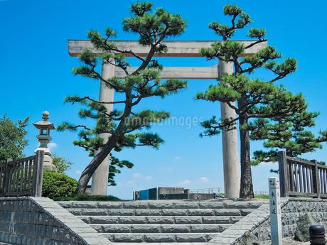 東海道五十三次 桑名宿 七里の渡し跡に建つ伊勢国一の鳥居の写真素材 [FYI04294616]