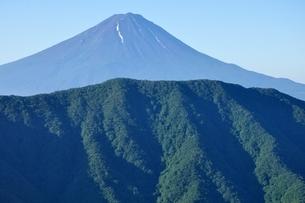 釈迦ヶ岳より夏の富士山の写真素材 [FYI04294693]