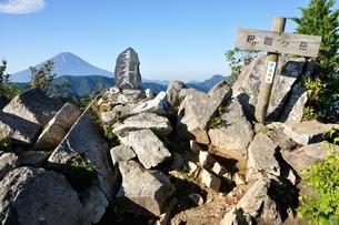 御坂山地 釈迦ヶ岳山頂の写真素材 [FYI04294711]