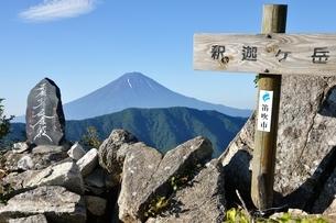 御坂山地 釈迦ヶ岳山頂の写真素材 [FYI04294715]