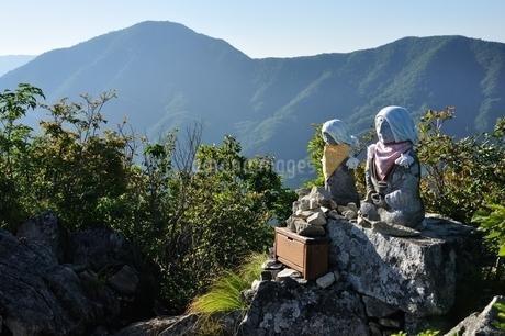 釈迦ヶ岳山頂の地蔵と黒岳の写真素材 [FYI04294716]