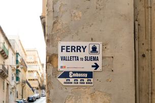 ヴァレッタ スリーマ連絡フェリー乗り場の案内板の写真素材 [FYI04294918]