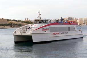 ヴァレッタとスリーマの連絡船の写真素材 [FYI04294929]