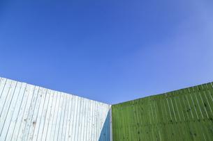 青と緑色に塗装された古びた板塀のコーナー。背景用素材の写真素材 [FYI04295024]