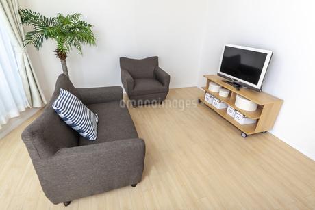 カウチとテレビのある人物なしの居間。背景用素材の写真素材 [FYI04295031]