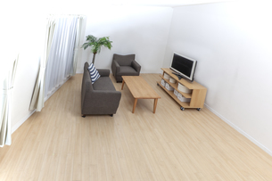カウチとテレビのある人物なしの居間。背景用素材の写真素材 [FYI04295032]