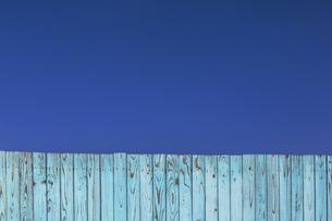 青空と青色の古びた板塀。背景用素材の写真素材 [FYI04295034]