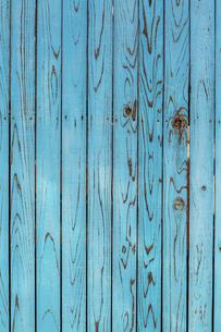 青色の古びた板塀。背景用素材の写真素材 [FYI04295036]