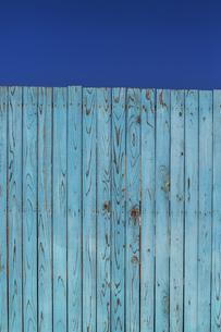 青空と青色の古びた板塀。背景用素材の写真素材 [FYI04295039]