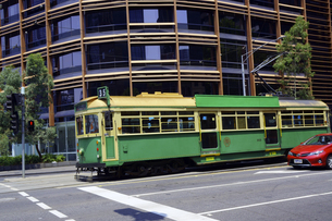 オーストラリア メルボルン 市街地のトラムの写真素材 [FYI04295075]