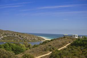 オーストラリア・西オーストラリア州にある海面の澄んだギルダートンビーチとムーア川の交わる所の光景の写真素材 [FYI04295152]