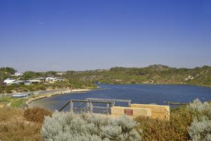 オーストラリア・西オーストラリア州にある海面の澄んだギルダートンビーチとムーア川の交わる所の光景の写真素材 [FYI04295154]