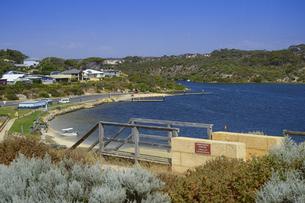 オーストラリア・西オーストラリア州にある海面の澄んだギルダートンビーチとムーア川の交わる所の光景の写真素材 [FYI04295156]