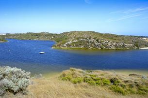 オーストラリア・西オーストラリア州にある海面の澄んだギルダートンビーチとムーア川の交わる所の光景の写真素材 [FYI04295167]