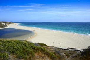 オーストラリア・西オーストラリア州にある海面の澄んだギルダートンビーチとムーア川の交わる所の光景の写真素材 [FYI04295171]