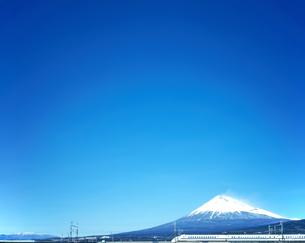 旧型車両300系の東海道新幹線と富士山の写真素材 [FYI04295181]