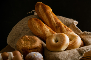 Breads,baguettes and bagels on burlap sack. Delicious breads image. の写真素材 [FYI04295186]