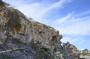 オーストラリア・西オーストラリア州にある海面の澄んだギルダートンビーチとムーア川の交わる所の傍の崖の写真素材 [FYI04295192]