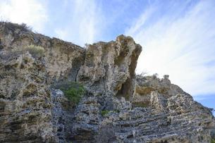 オーストラリア・西オーストラリア州にある海面の澄んだギルダートンビーチとムーア川の交わる所の傍の崖の写真素材 [FYI04295194]