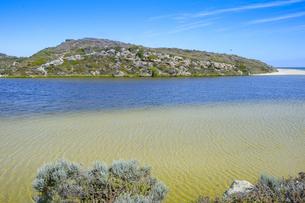 オーストラリア・西オーストラリア州にある海面の澄んだギルダートンビーチとムーア川の交わる所の光景の写真素材 [FYI04295196]