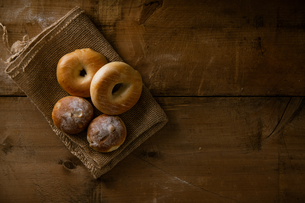 Breads and bagels on burlap sack.の写真素材 [FYI04295197]