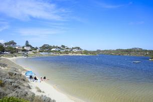 オーストラリア・西オーストラリア州に合う澄んだ海面のギルダートンビーチとムーア川の交わる所に並ぶパラソルの写真素材 [FYI04295198]