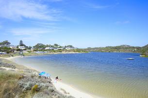 オーストラリア・西オーストラリア州に合う澄んだ海面のギルダートンビーチとムーア川の交わる所に並ぶパラソルの写真素材 [FYI04295199]
