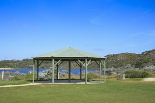 オーストラリア・西オーストラリア州にある澄んだ海面のギルダートンビーチとムーア川の交わる所にある東屋の写真素材 [FYI04295201]
