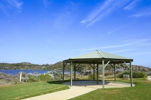 オーストラリア・西オーストラリア州にある澄んだ海面のギルダートンビーチとムーア川の交わる所にある東屋の写真素材 [FYI04295202]