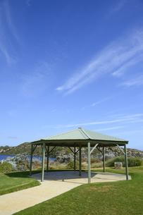 オーストラリア・西オーストラリア州にある澄んだ海面のギルダートンビーチとムーア川の交わる所にある東屋の写真素材 [FYI04295203]