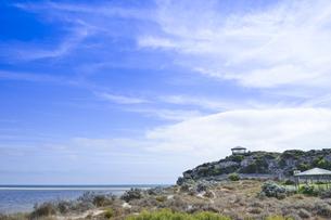 オーストラリア・西オーストラリア州にある澄んだ海面のギルダートンビーチとムーア川の交わる所の光景の写真素材 [FYI04295204]