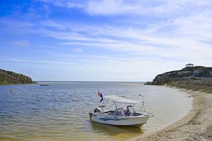 オーストラリア・西オーストラリア州にある澄んだギルダートンビーチとムーア川の交わる所に停泊している小舟の写真素材 [FYI04295210]