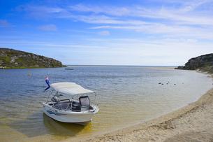 オーストラリア・西オーストラリア州にある澄んだギルダートンビーチとムーア川の交わる所に停泊している小舟の写真素材 [FYI04295211]